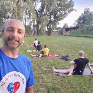 Eine Gruppe sportbegeisterter Yoga praktizierender echt netter Menschen.